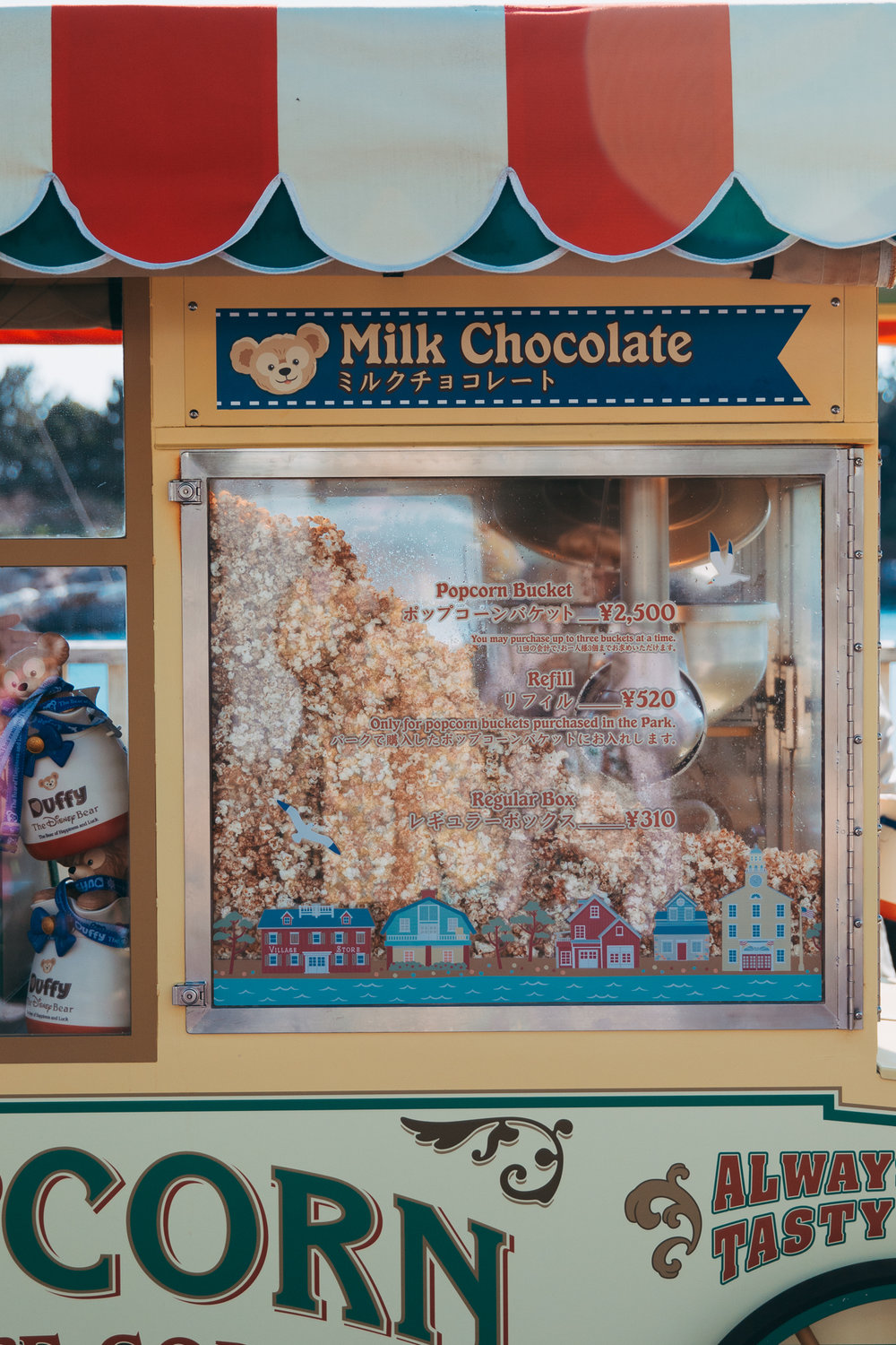 Milk Chocolate Popcorn found in front of Cape Cod Cook-off  (¥500) Just like Tokyo Disneyland's milk chocolate popcorn, the smell of the chocolate is very enticing. The cart is also sure to bring in any Duffy fan.