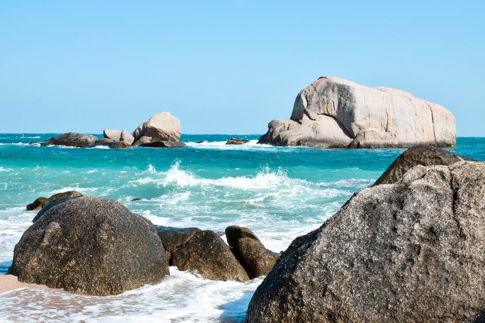 The big rocks off the eastern coast of the island are also perfect for cliff jumping.