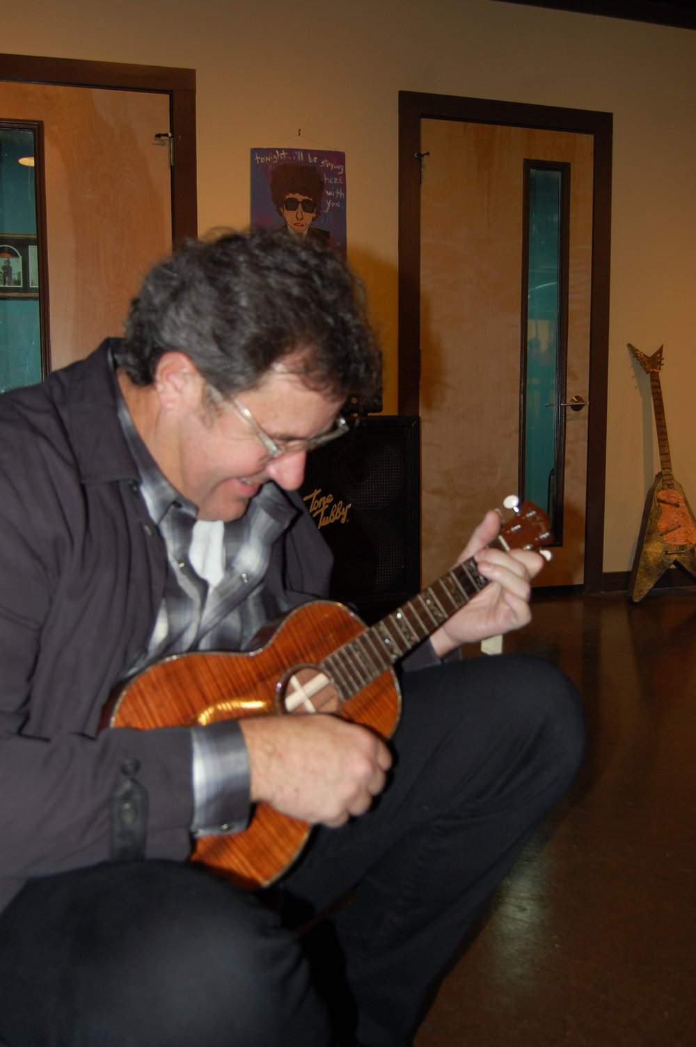 Vince Gill trying out a tenor ukulele