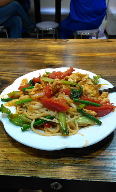 西红柿鸡蛋炒面/egg and tomato fried noodles... one of my favorite dishes!