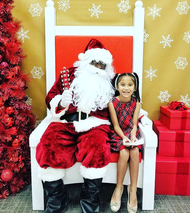 All done! The customary photo shoot with Santa is off the to-do list. On her wish list: A jar of magic! Good luck wrapping that up, Santa! 😂 . . . . . #momblog #momblogger #tampa #floridablog #tampablogger #christmaslove #santaclaus #holidaystyle #lifestyleblog #fashionblog #instasanta #instaholidays #instamom #momlife #kidstyle #kidlove #modelkids #mamalove #christmasmagic