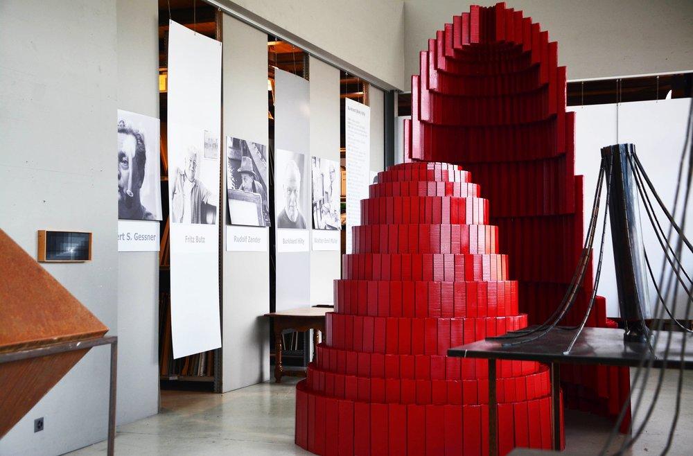 mit den Skulpturen von J. Altherr und Bildern von A. Uchtenhagen