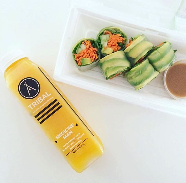 This photo is so Juishi ...see what we did there 😜🍊🍣 📸: maraoatman . . . . #medicineman #snackin #sippin #juishi #coldpressedjuice #healthy #veggies #healthy #wholesome #transparentingredients #fruitsandveggies #locallove #inspire  #community #hike #outdoors #cleaningredients #drinkyourveggies #coldpressed #dallas #Dfw #handcrafted #goodingoodout #replenish #magic #vibrant #flavor #organic