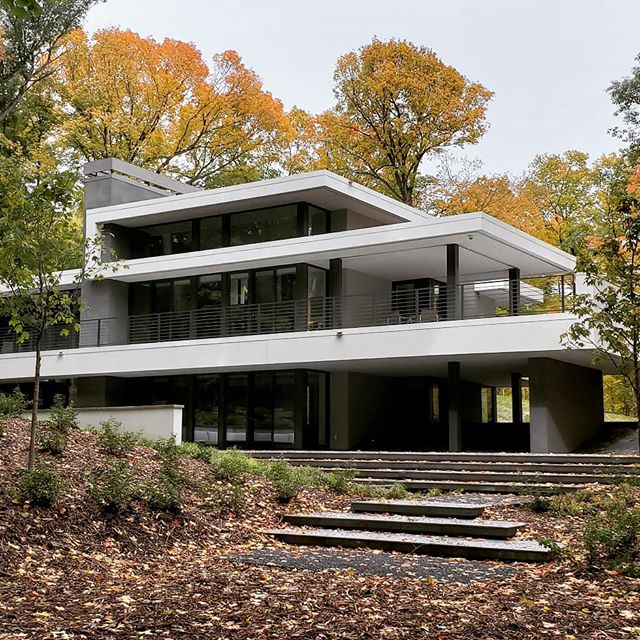 Fall sets in on Northome, one of our favorite projects. . . . #moderndesign #landscape #landscapearchitecture #landarch #landschaft #modernarchitecture #modernarchitect #autumn #fallcolors  @modernoasisad @charlesrstinson @stinsonbuildersinc @nelcolandscaping