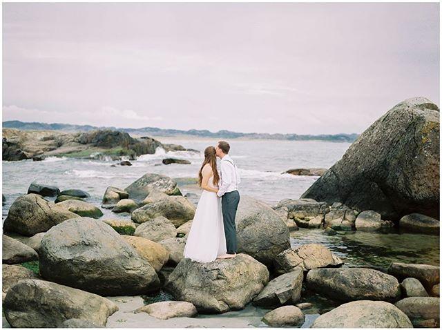 Take me back to Norway! Dream wedding with dream clients 🇳🇴 ⠀ ⠀ ⠀ #norwegianweddingphotographer #destinationweddings #weddingdetails #gettingready #filmphotography #beloved #momentbydesign #foreverandalways #fineart #filmisnotdead #melaweddingphotgraphy #weddingphotographer #yxephotography #yxe #yyc #yvr #flashesofdelight #fuji400h