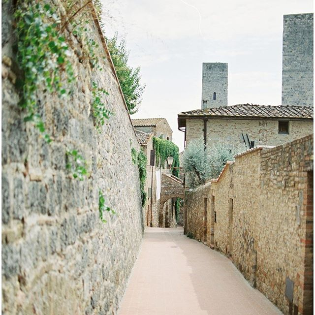 San Gimignano- the city of towers. So odd being lead around by my husband in this city, he knew where everything was due to playing a video game that built the city so realistically. Thanks video games, you ARE useful for something! ⠀ ⠀ #sangimignano #italy #historic #filmphotography #travelphotography #travelgram #assasinscreed