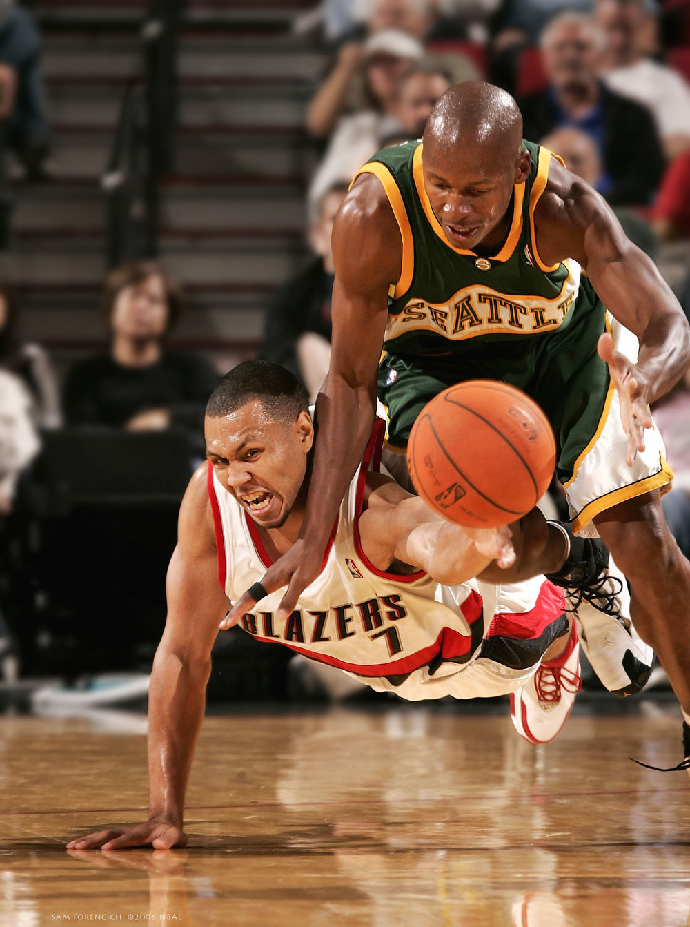 Portland, OR - Brandon Roy #7 of the Portland Trail Blazers and Ray Allen #34 of the Seattle SuperSonics go after a loose ball during the preseason game at the Rose Garden Arena on October 11, 2006. Digital 35mm, arena strobe lighting.  Sam Forencich ©2006 NBAE