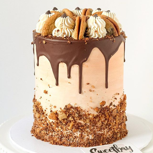 Check this out! Layers of chocolate cake and giant cookies covered in vanilla frosting topped with cookie crumbs, chocolate drip and lots of chewy chocolate chip cookies. 🍪🍪 ... .. . #cake #chocolatechip #chocolatechipcookies #chocolatechipcookiecake #cakelover #ilovecake #cakesofinstagram #cakestagram #cakeforbreakfast #cakefordays #cakedecorating #cakes #cakery #cakedesigner #cookiecake