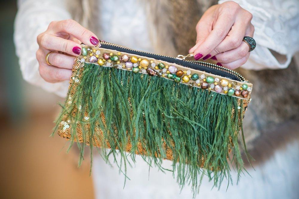 Bolsos de lentejuelas con plumas y perlas.
