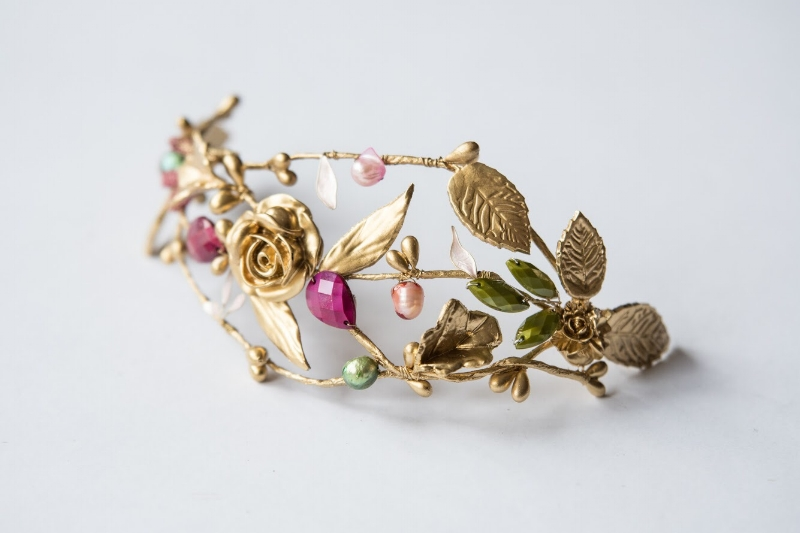 4. Semi corona de porcelana y perlas. 20cm de largo.Antes 90€ ahora 45€