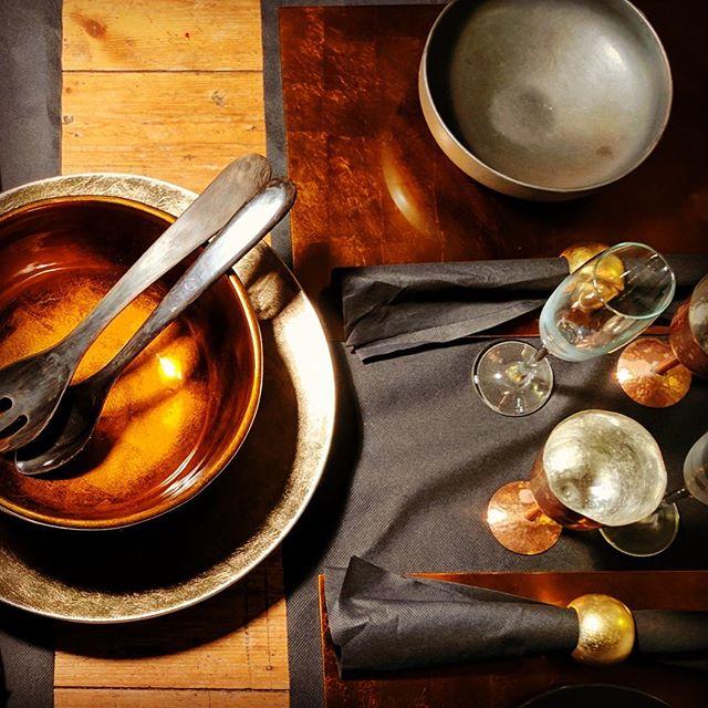 Tableware van @indochine_bamboo #bamboo #kerstdecoratie #rounddish #napkinrings #saladbowlbronze #warmcolors