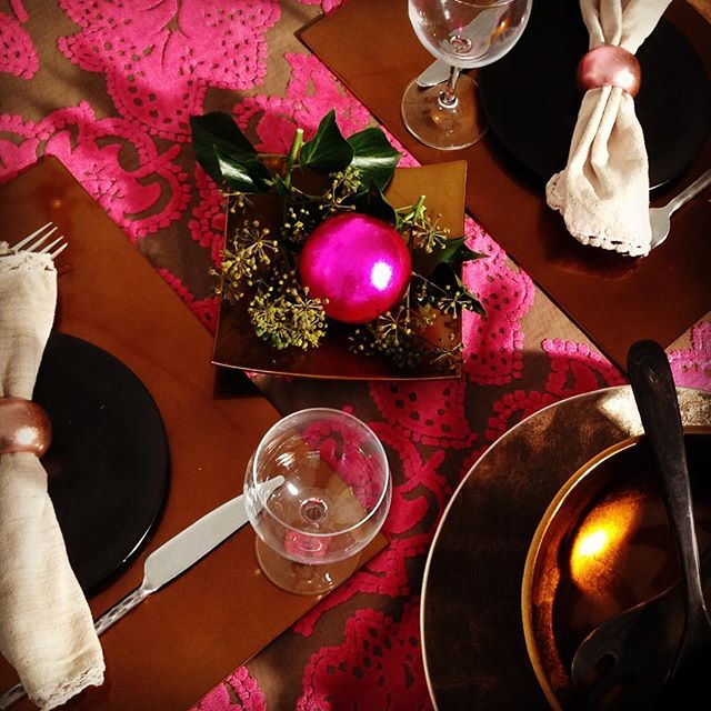 Love the combination of fuchsia, bronze & pink pastel. What do you think? #indochine_bamboo #vietnam #handicraft #placemats #saladbowl #napkinrings #christmasball