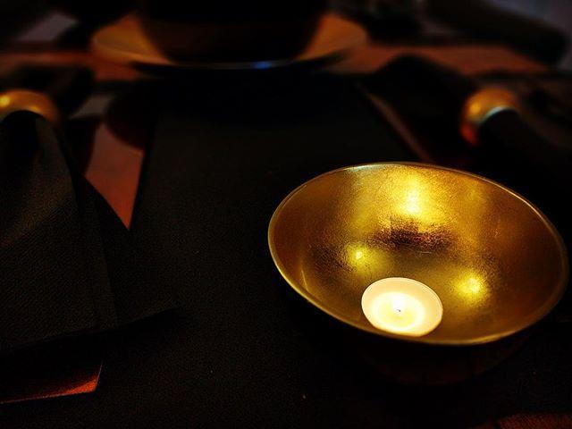 Instant sfeer & warmte met een simpel theelichtje in een #smallbowl #gold #indochine #handmade #vietnam