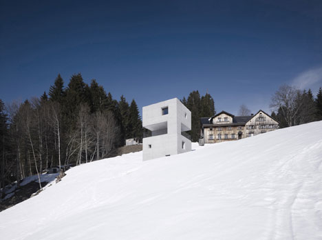 babel-moon-Mountain-Cabin-Marte-Marte-Architects-2.jpg