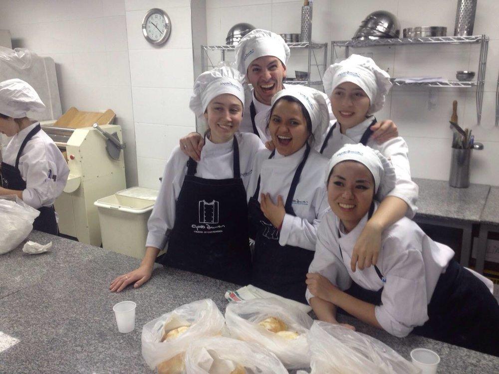 Las chicas en plena clase de Panadería.