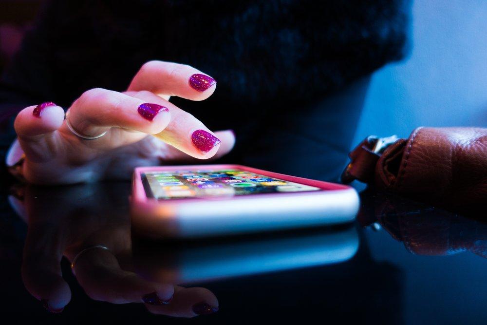 Si quieres dormir mejor, evita usar el móvil en la cama #habitos #dormir