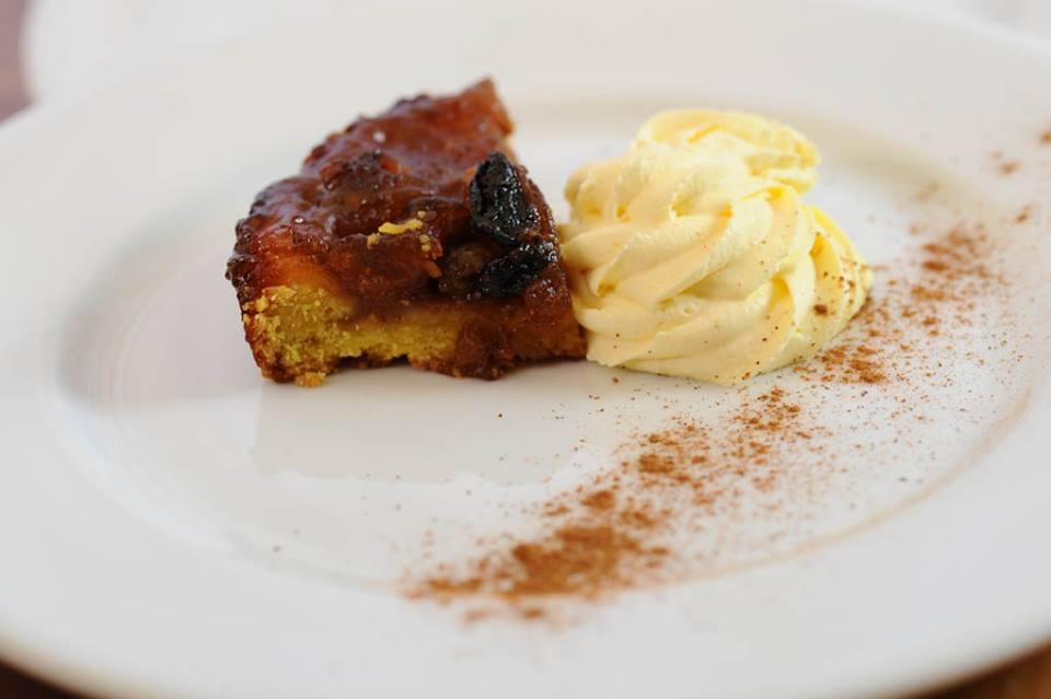 Torta di mele con crema Chantilly