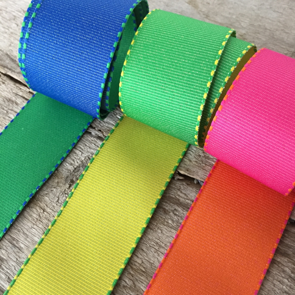 Reversible Ribbon from White and Fig