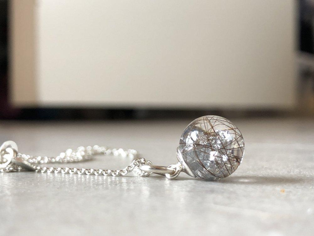 smykker med hår og aske