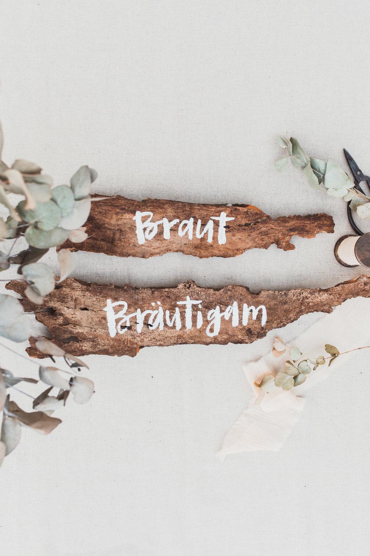 Custom lettered wooden signs for a wedding // Individuell beschriftete Holzschilder zur Hochzeit von Viviane Lenders Design