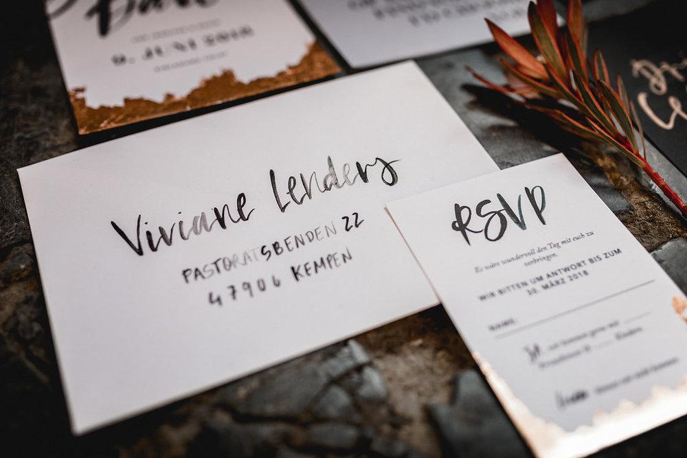 Beschrifteter Umschlag, Hochzeitspapeterie, Wedding Stationery, Minimal, Boho, Lettering, Rosegold - via Viviane Lenders Design