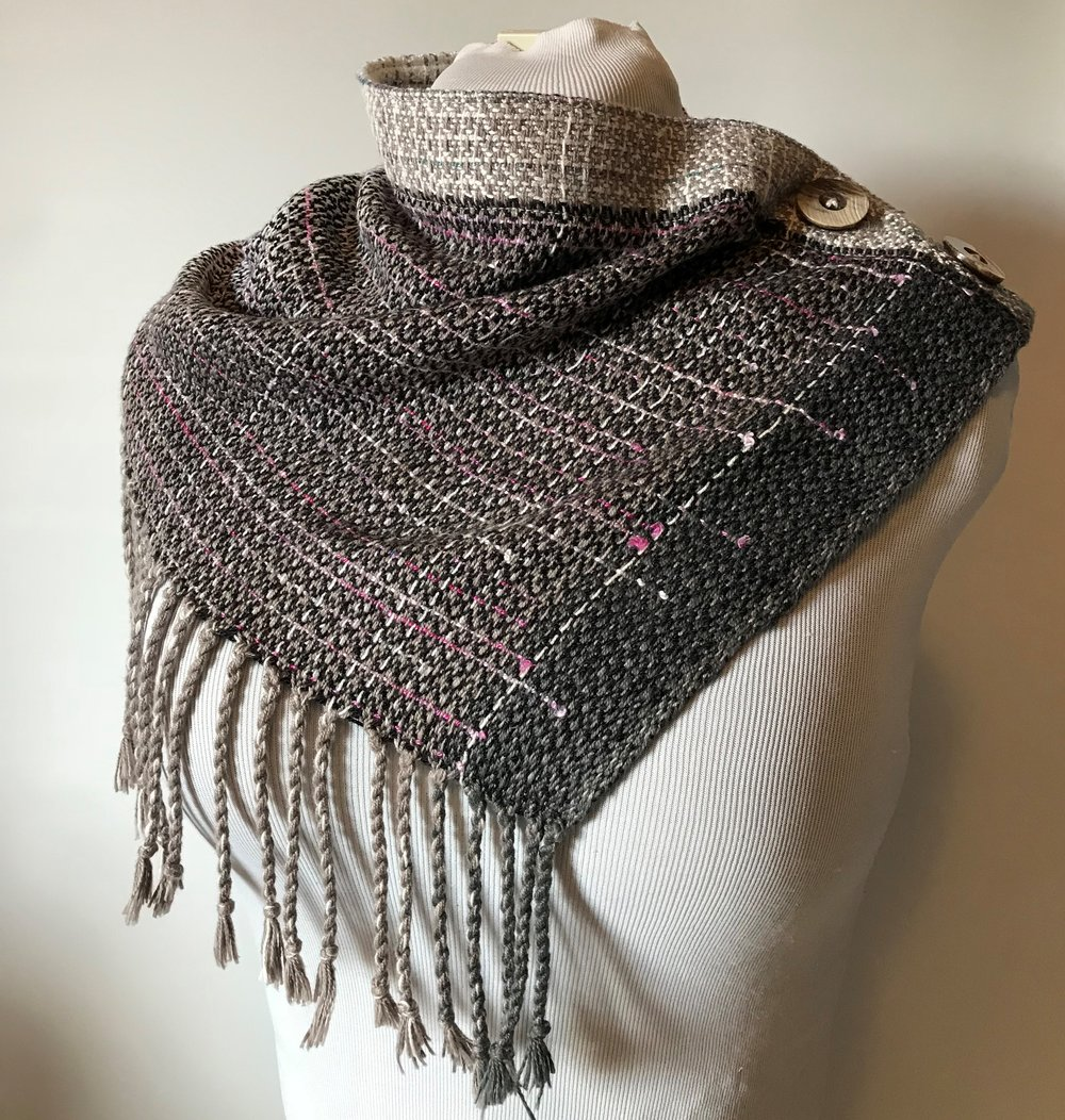 TWO BUTTON COWL, HEMMED OR FRINGED (requires 55cm full width for the hemmed version, fringes require 18 to 40cm additional length)