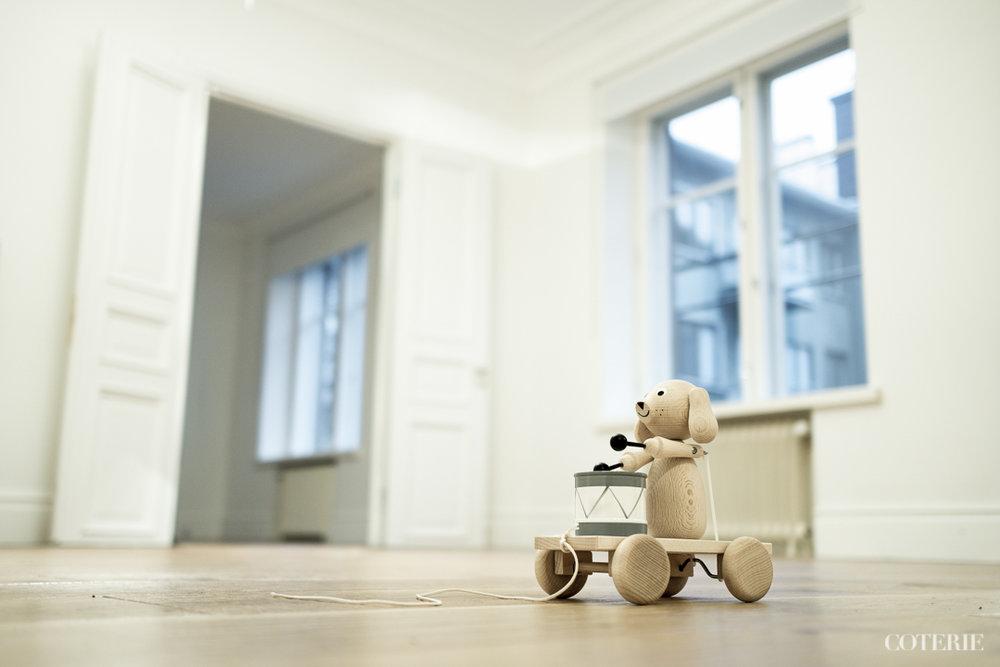 Perässä vedettävä puinen koira on briteistä  Sarah and Bendrixilta  – eikös ole upea!