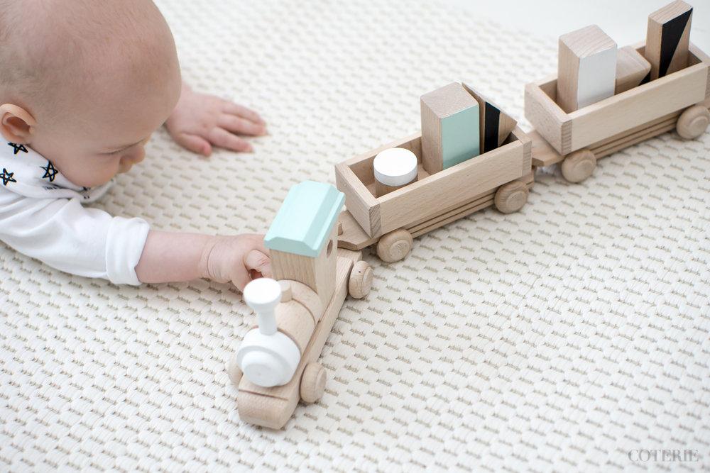 Kaunis puinen juna pieneltä brittimerkiltäHappy Little Folks