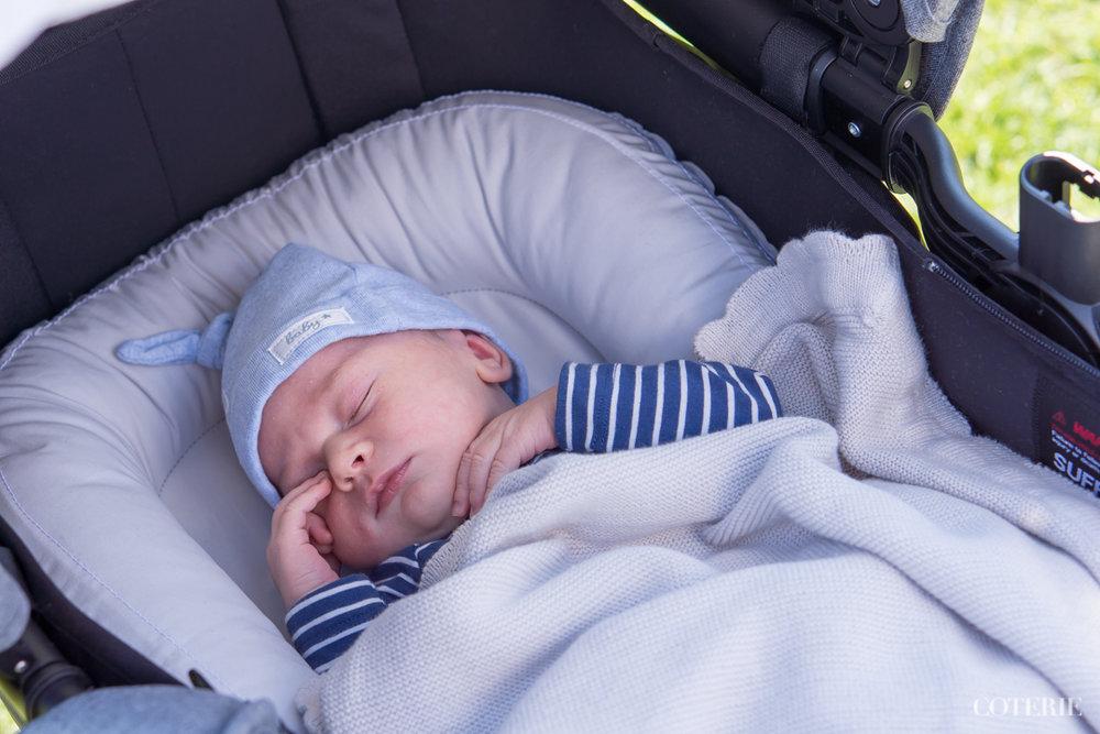 Lähipuistossa ensimmäisellä kärryttelyllä viikon iässä <3 /First time in the strollers at one week's age at the park near by.