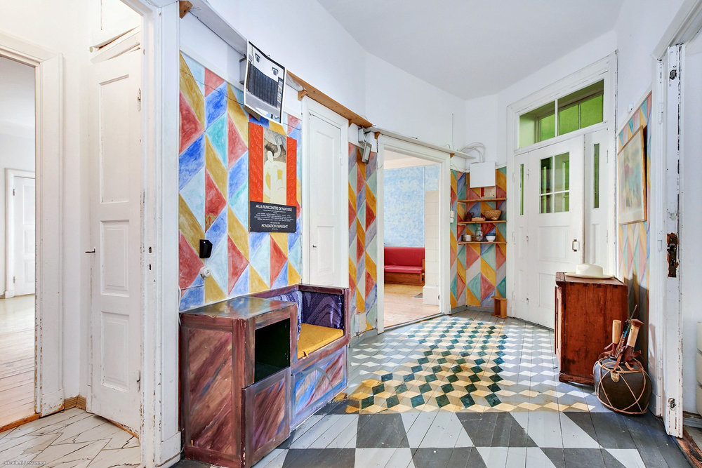 Jokaisessa huoneessa oli päädytty erilaiseen käsittelyyn. Oli mm. oranssia kahdessa eri sävyssä ja jos jonkin väristä ja kokoista ruutua. Tylsäksi ei asuntoa voi ainakaan kuvailla. ;)