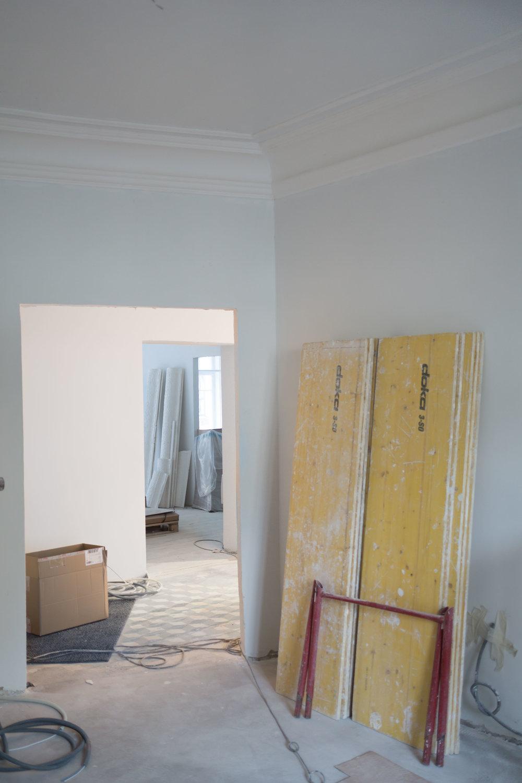 Näkymä master bedroomista olohuoneen läpi pikkumiehen huoneeseen.