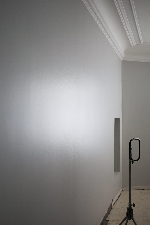 Vertailun vuoksi master bedroomin tummemmanharmaa seinä