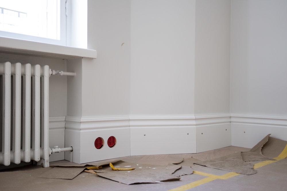 Asunnossa on todella paljon erilaisia kulmia. Tuovat kivasti luonnotta huoneille, kun ne eivät ole tylsiä suorakulmioita.