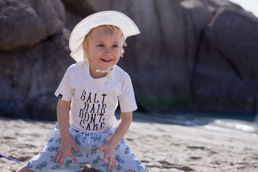 Myös tämä korkealla UV-suojakertoimella varustettu paita oli aivan must altaalla ja rannassa. Ja kivan näköinen :) (Voin kaivaa brandin kysyttäessä.)