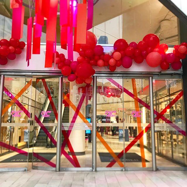 Happy Valentines ❤️💗🧡/ _______________________________________________________ #stillback #vasakronan #arkadengalleria #valentines #allahjärtansdag #love #kärlek #rosa #röd #orange #ballonger #imago #vm #decor #windowswear #design #varumärkesgestaltning #exponeringochsäljandeytor #exponering #konstruktion #production #projektledning #brandexperience #fysiskkommunikation #gothenburg #göteborg #sweden
