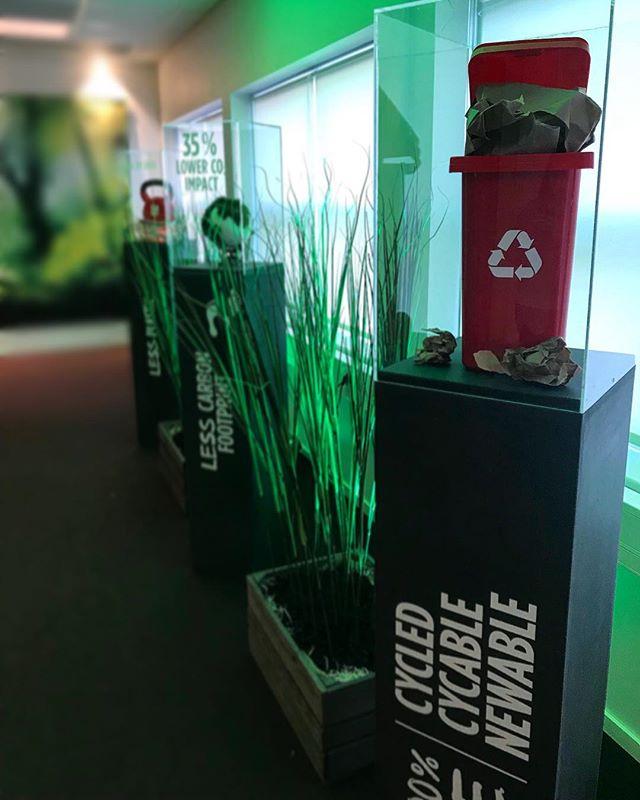Recycling is worth putting on a pedistal ♻️ / _______________________________________________________ #stillback #pauligfoods #changetheagency #recycling #decor #event #detaljer #details #design #green #detaildesign #construction #dekor #exponering #dekoratör #magi #varumärkesgestaltning #retaildecor #exponering #retaildesign #vm #visualmerchandising #exponeringochsäljandeytor #fysiskkommunikation #brandexperience #upplevelser #upplevelsedesign #lansering