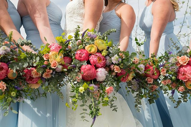 Happy First Day of Summer! Cheers to this stunning Bride Sarah for choosing all the colors. So in love with these colorful bouquets by @chelan_floral