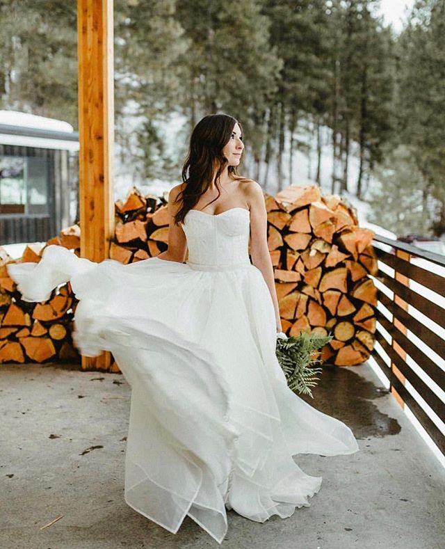 We finally have snow in the forecast again, so I'm crossing my fingers for a white Christmas. Happy first day of winter! I love the movement of this stunning wedding dress from @thedresstheoryseattle 📷 by @candacenicolephotos at @cascadeworkshop