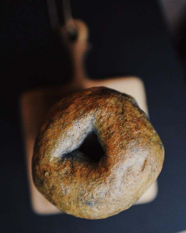 These vegan cinnamon raisin bagels have a special ingredient.... can you guess? ⚫️⚫️⚫️