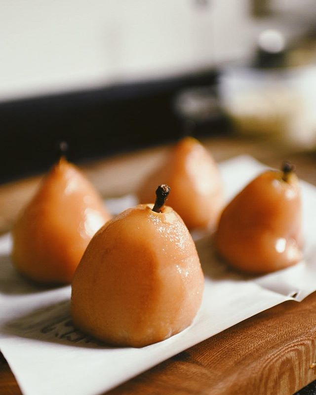 Dreaming of these poached pears I made earlier this year. What was the best thing you baked in 2018??? 🌟
