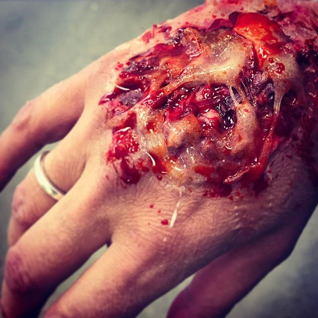 A quick ten minute wound using Gelatine, cotton wool, tissues, make up and blood 😱 #wounds #blood #sfx #specialfx #ksfxmakeup #ksfx #makeupschool #makeupartist #specialfxmakeup #specialfxartist #specialfxmakeupschool