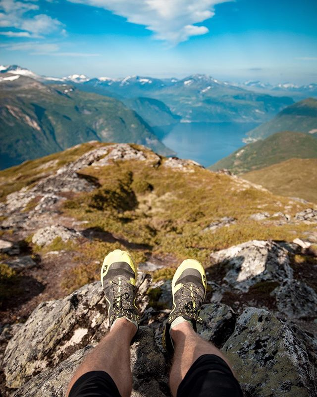 I didn't get a shot from today's run so I'm posting this shot from Norway instead 😋 This morning I had the pleasure of first running a short run with @amalieslandersen 🏃🏻‍♀️ and then a 6k with @tokejakob 🏃🏻‍♂️ afterwards. What a great way to start the day! Did you run with your running buddy this week? . . #running #Triathlontraining #TriathlonDK #TriNorge #Swimbikerun #Tri365 #Triatlon #triathlon #trening #træning #tritraining #aktiv #runhappy #sunnmøre #norway #løping #løp #løb #løbing #løper #happyrunner #skyrunning #trailrunning #mountains