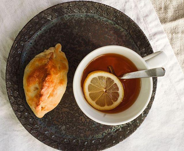 Pirozhki (empanadillas rusas): Mi abuela Lena solía preparar empanadas grandes, no en formato individual como éstas, principalmente rellenas de queso, col estofada y huevo (buenísimas) o con mermelada de frutos rojos. El día que se ponía a hacer empanadas, hacía 2 o 3 empanadas grandes, del tamaño de una bandeja de horno cada una. Así teníamos empanada para varios días. Todavía conservo los recuerdos de mi infancia en Rusia, cuando sentada en la cocina de casa de mi abuela, saboreaba a consciencia un trozo de empanada mientras miraba por la ventana: siempre primero la salada, luego un pedazo de la dulce :) Era como una fiesta, así que el cariño que le profeso a este humilde manjar popular es auténtico e infinito. Hoy en delicious stories te traigo la receta de los pirozhki, una delicia que forma parte de mi archivo culinario familiar 😋 . . . . . #Mytinyatlas  #commontable #simplejoys  #simpleandstill  #slowfood  #colourinmysquare #heresmyfood #theslowdowncollective #visualsoflife #gatheredstyle #folklife #theartofslowliving #eattheworld #onmytable #kitchenstories #foodislove #lifeandthyme #realfood #thehub_food #saboresdeinstagram #f52grams #thekitchn #droolclub #eattheworld #delicioustories #foodgawker #acozywinter #gloobyfood #buzzfeast #enmimesa #delicioustories