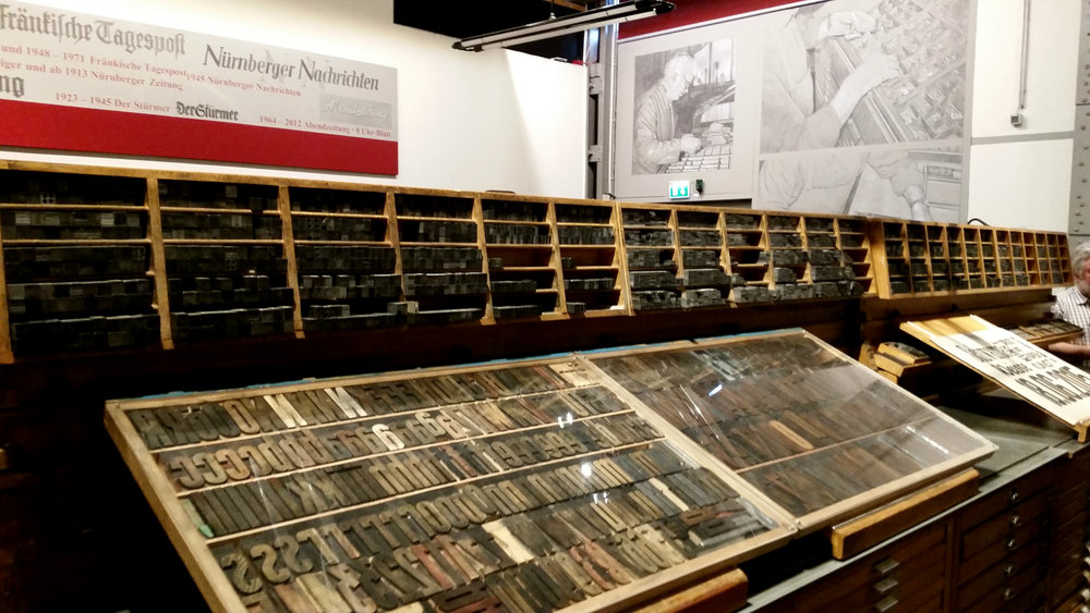 Die alte Bleisatzwerkstatt von 1930 ist das Herzstück der Ausstellung. Das Industriemuseum Nürnberg hat diese Werkstatt mit all ihren Lettern und Fächern vor der Verschrottung bewahrt. (Foto: Berg)