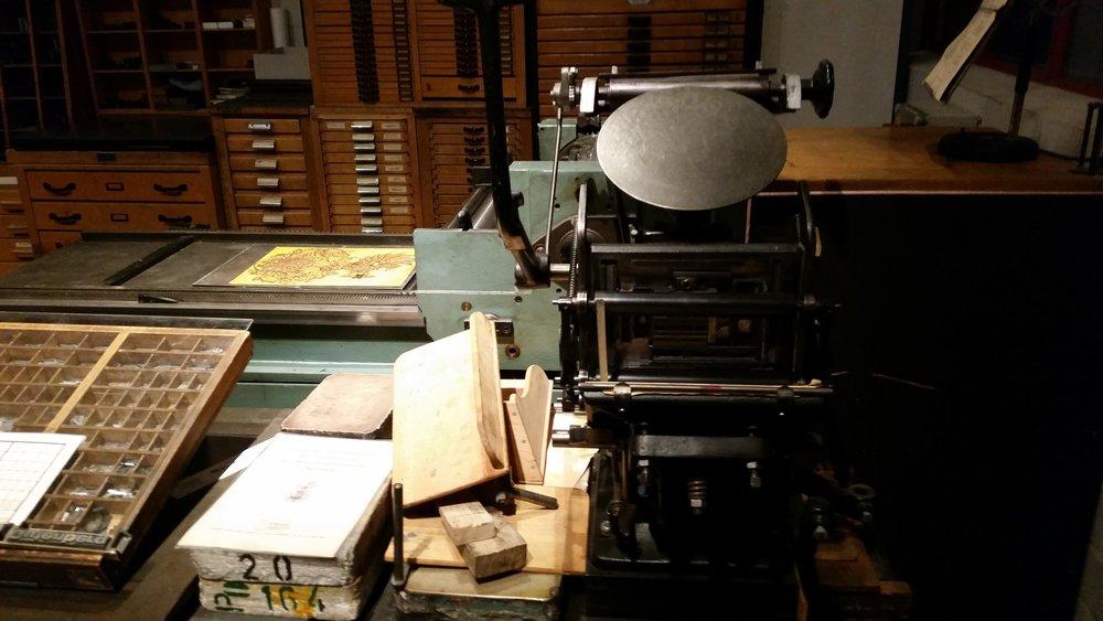 Ehemalige Setzer und Drucker erwecken bei speziellen Führungen die alten Maschinen wieder zum Leben. (Foto: Berg)