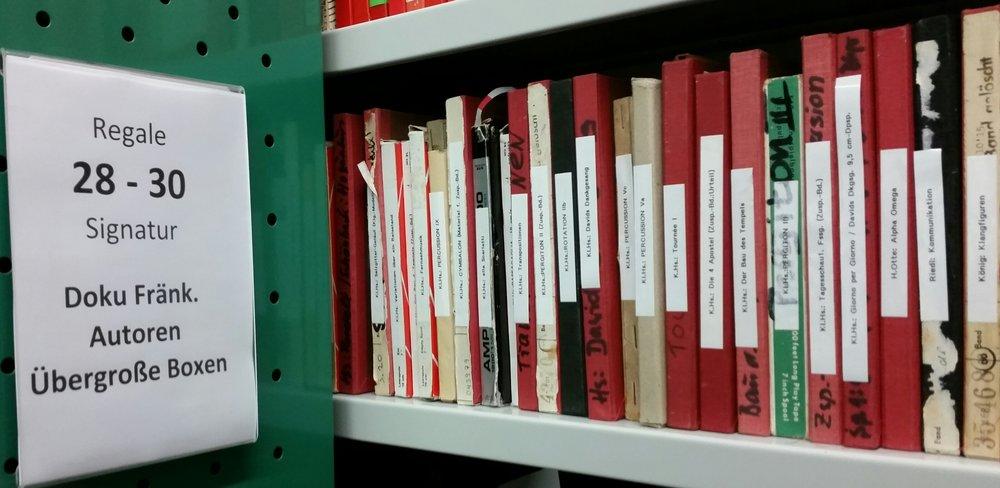 Viele lange Regalmeter voller Ordner und Schachteln mit Erinnerungen, Fotos, Manuskripten fränkischer Autorinnen und Autoren aus der Nachkriegsgeneration warten auf ihre Entdeckung (Foto: Berg).