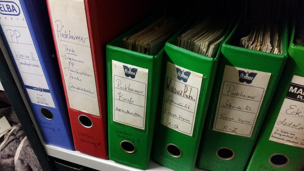 """In den unscheinbaren Aktenordnern lagern """"Kopien, Abschriften und Sekundärliteratur"""" über keinen geringeren als Willibald Pirckheimer (1470 bis 1530). Auch über den in der Renaissance-Zeit lebenden Humanisten, Dichter, Publizisten, Künstler und Juristen sowie einflussreichen Nürnberger Bürger findet sich hier einiges (Foto: Berg)."""