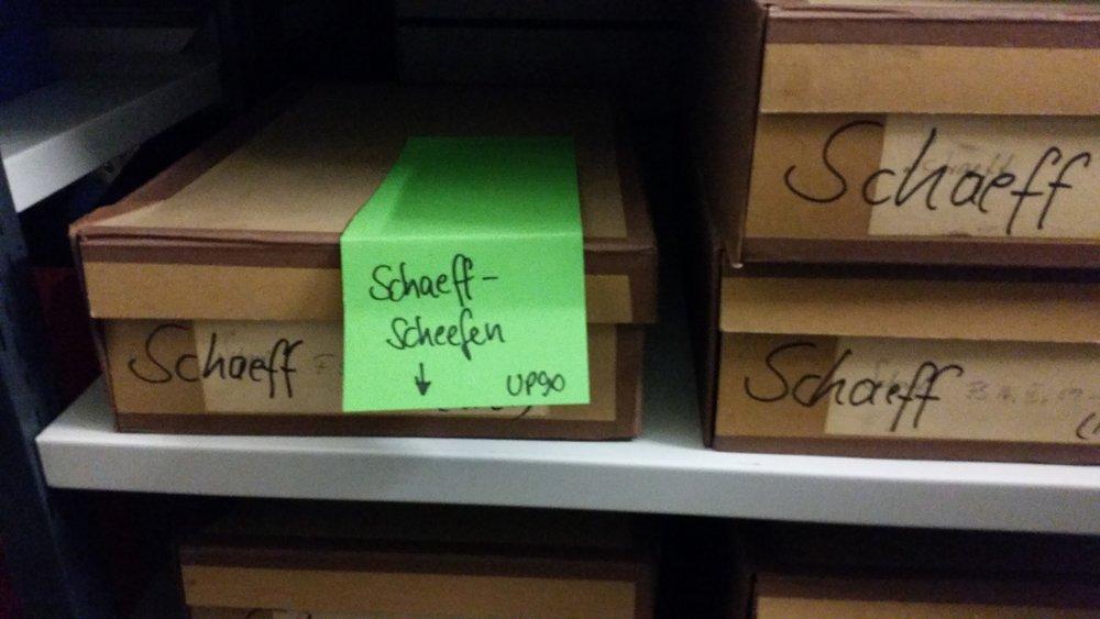 In vielen Schachteln lagern u.a. private Fotos und vieles mehr; hier handelt es sich um Unterlagen des fränkischen Heimatdichters Georg Harro Schaeff-Scheefen (1903 bis 1984), der den AutorenVerband Franken gründete und nach dem auch ein Literaturpreis benannt ist (Foto: Berg).