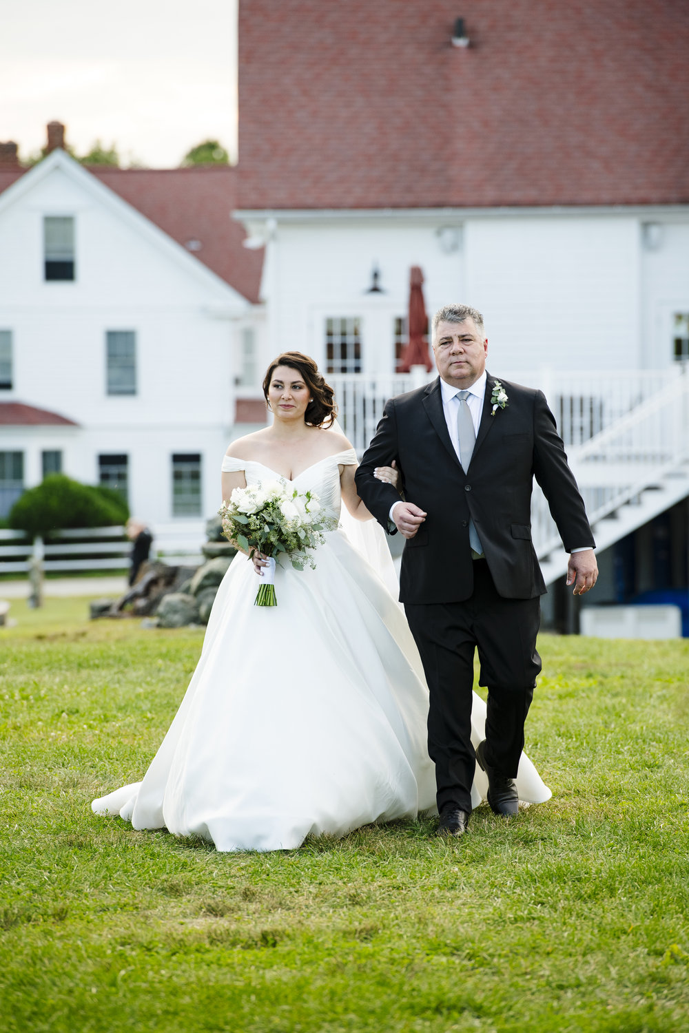 Bride and father of the bride walking down the aisle. Which side does the bride walk down the aisle? - Pearl Weddings & Events