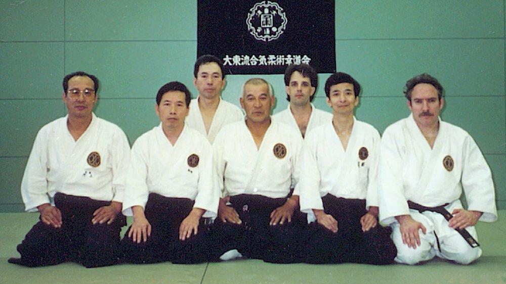 Рой Гольберг Сэнсэй, первый справа, тренируется с кияма сенсей (в центре) в Хомбу Додзё в Китами, Япония.